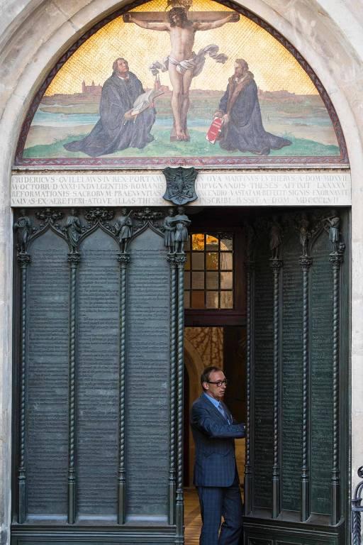 Homem abre a porta da Igreja de Todos os Santos de Wittenberg, na Alemanha