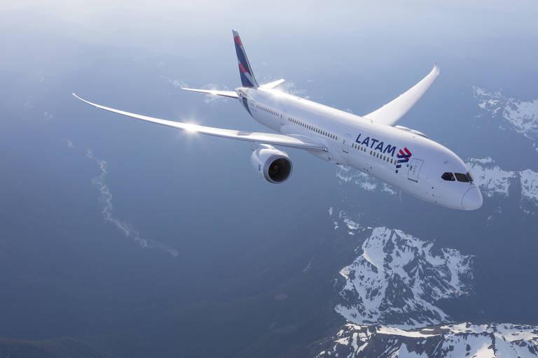 Avi�o da Latam sobrevoa regi�o aparentemente montanhosa. N�o � poss�vel discernir o contorno das montanhas, somente um pouco de neve que resta nas encostas