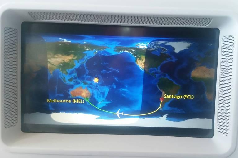 Tela do avi�o mostra a rota entre Santiago, no Chile, e Melbourne, na Austr�lia. Est� no formato de um mapa-m�ndi, e a rota � mostrada como uma linha amarela