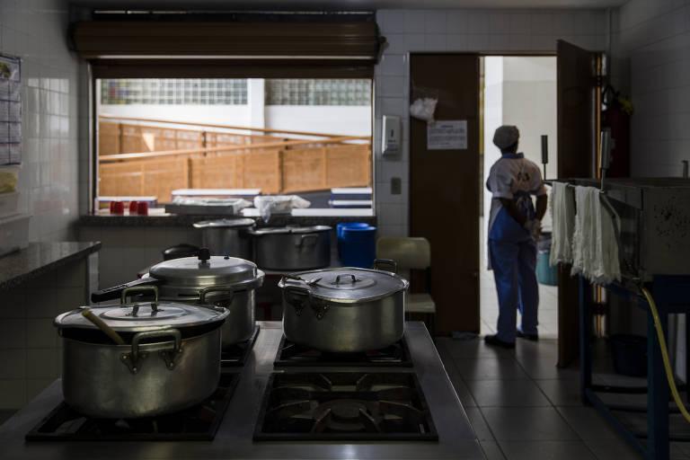 Cozinha de escola estadual que teve menu de merenda elaborado pela chef Janaina Rueda Fotos Adriano Vizoni/Folhapress-18.set.2017