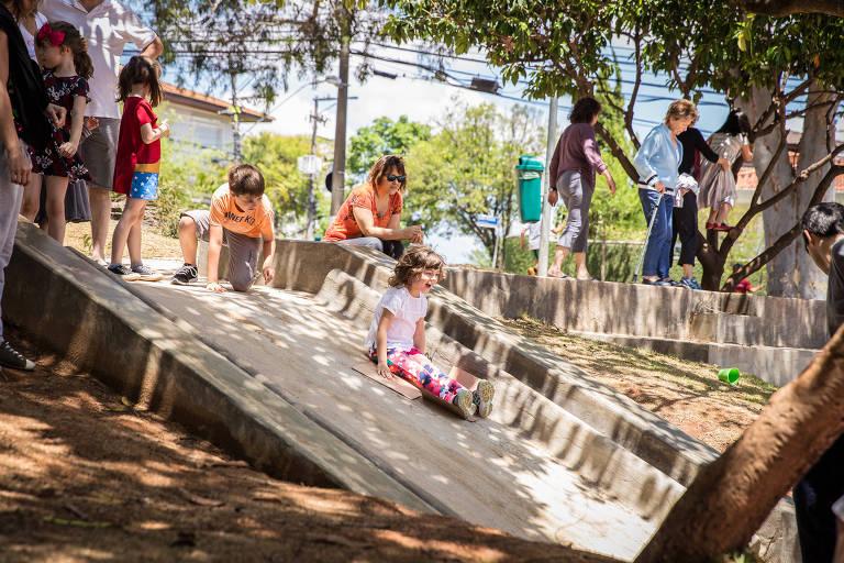 Brincadeira na praça Horácio Sabino, que passou por revitalização, ganhando rampas e nova iluminação