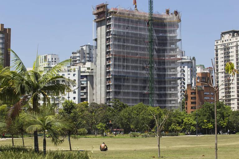 Prédio em construção ao lado do Parque do Povo, na Chácara Itaim, zona oeste de SP