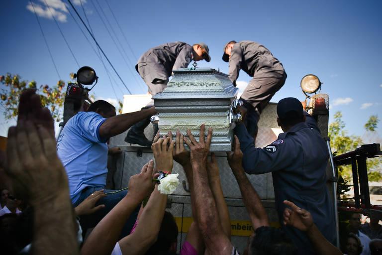 Enterro de professora e crianças na tragédia de Janaúba