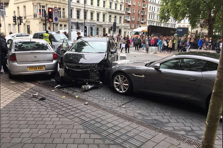 Carro atinge pedestres em Londres