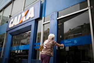 Idosa entra em agência da Caixa Econômica Federal em São Paulo