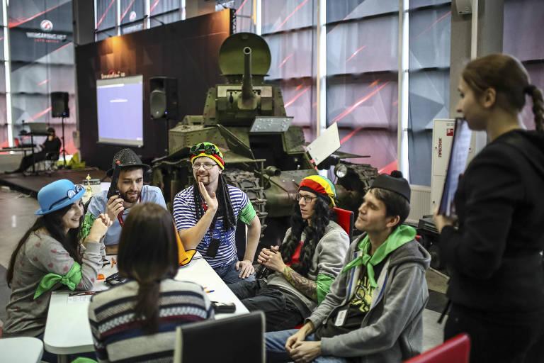 """Funcion�rios da companhia Wargaming, cujo """"World of Tanks"""" tem mais de 200 milh�es de usu�rios registrados, no fim de um dia de trabalho em Minsk, Belarus"""