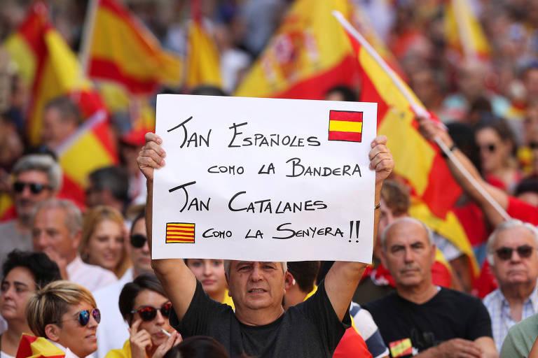 Espanh�is v�o �s ruas contra separa��o da Catalunha