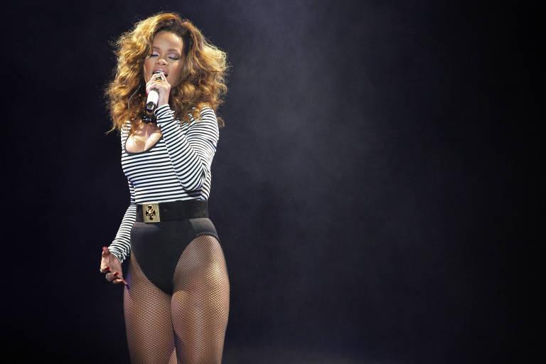 55d40de0eb A cantora Rihanna usa meia-calça arrastão durante show na Arena Anhembi