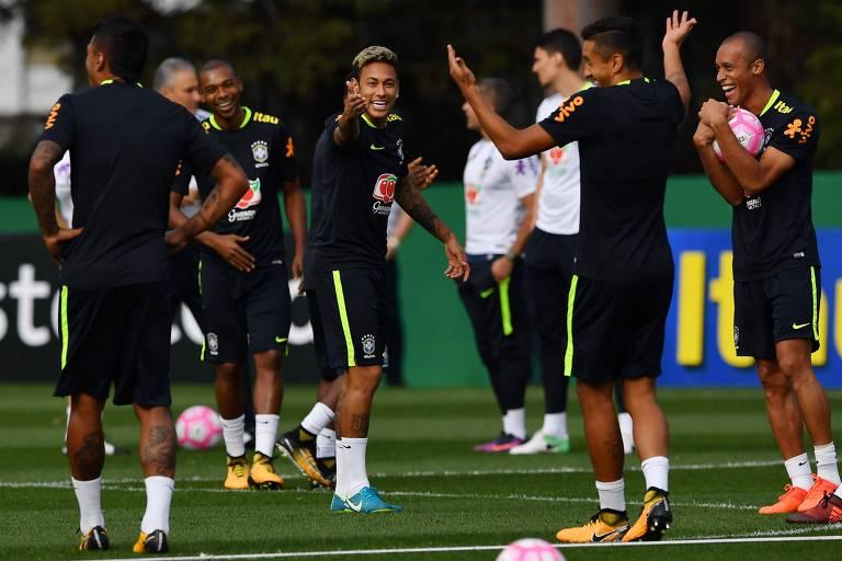 Neymar (c) durante treino da seleção brasileira hoje no CT do Palmeiras, em São Paulo, pelas eliminatórias da Copa do Mundo de 2018; time enfrenta o Chile na próxima terça feira (10)