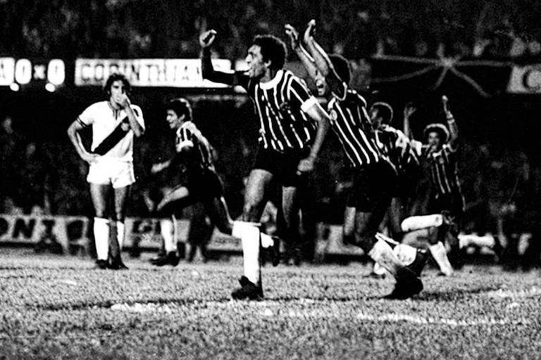 Após marcar o gol que daria o Corinthians um título do Paulistão após 22 anos e 8 meses, Basílio ergue o braço direito e comemora no Morumbi. Outros jogadores alvinegros celebram ao fundo