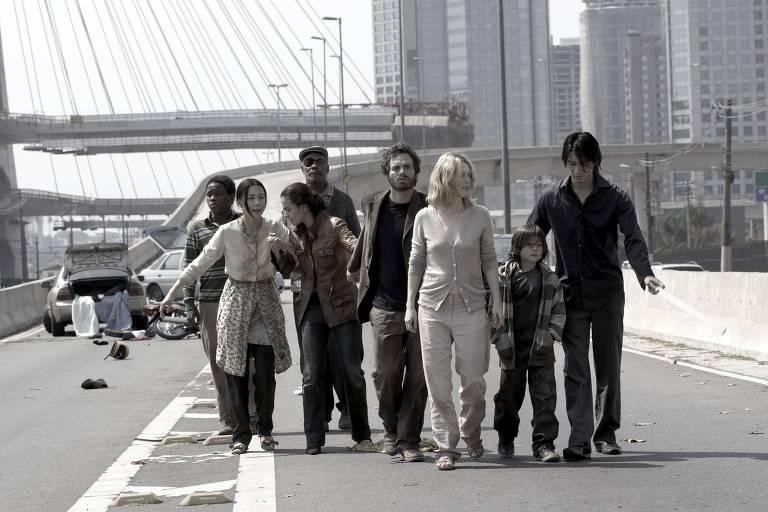 """O elenco de """"Ensaio sobre a Cegueira"""" em filmagem ao lado do rio Pinheiros"""
