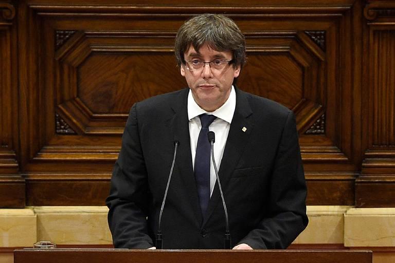 Líder catalão Carles Puigdemont fala ao Parlamento regional nesta terça (10)