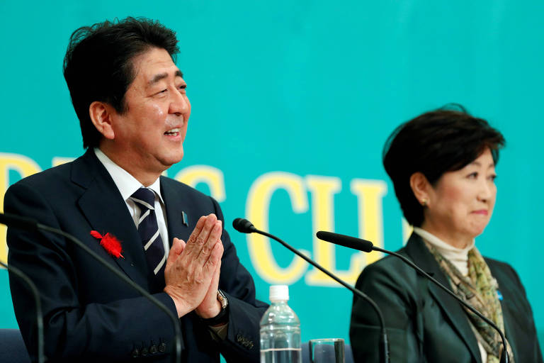 Japan's Prime Minister Shinzo Abe (L), who is also ruling Liberal Democratic Party leader, and Head of Japan's Party of Hope and Tokyo Governor Yuriko Koike attend a debate session ahead of October 22 lower house election at the Japan National Press Club in Tokyo, Japan October 8, 2017. REUTERS/Kim Kyung-Hoon ORG XMIT: GGGTOK717