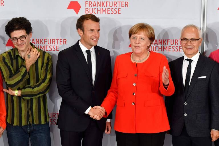 Wajdi Mouawad (à esq.), Emmanuel Macron, Angela Merkel e Heinrich Riethmueller na Feira do Livro de Frankfurt