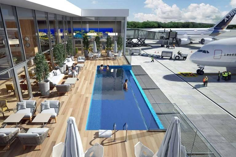 A piscina está em um lounge a céu aberto. O espaço só é acessado por meio do interior do aeroporto, mas está ao lado da pista de decolagem. Alguns aviões estão estacionados bem próximos ao lounge