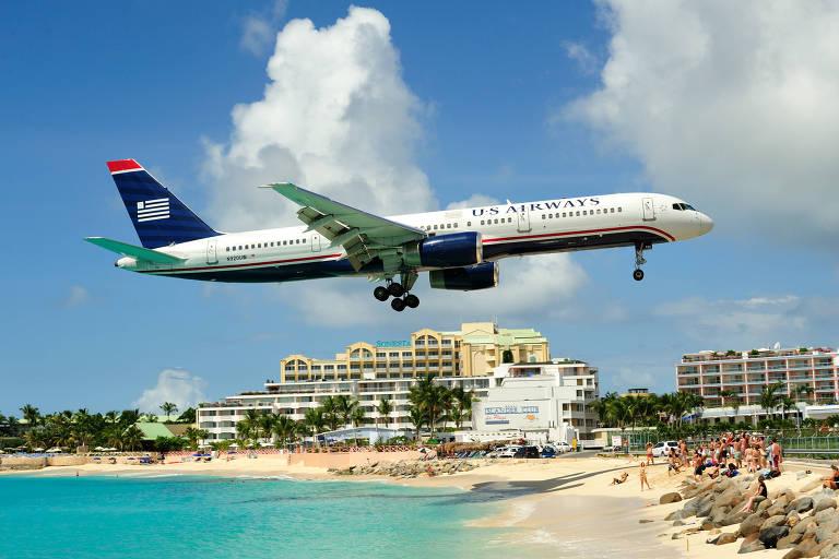 A ilha é famosa por ficar ao lado da pista de pouso do aeroporto, e no meio da rota do avião. A atração aqui é ficar embaixo dessa rota, na areia ou na água, esperando o avião pousar