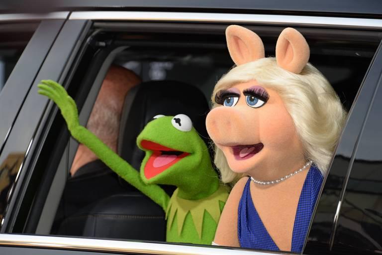 """O sapo Kermite a porquinha Miss Piggy na estreia de """"Muppets: Procurados e Amados"""", em Los Angeles, em 2014"""