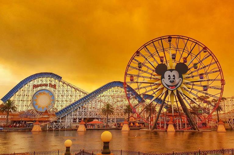 Parque de diversões em Anaheim, na Califórnia; fogo também chegou ao sul do Estado