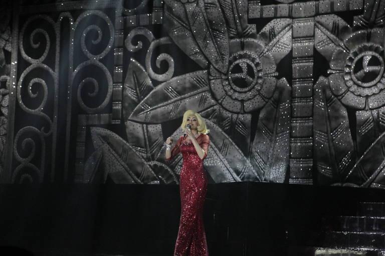 Débora Reis caracterizada como Hebe Camargo em cena de Hebe - O Musical. Retirado do Uol.