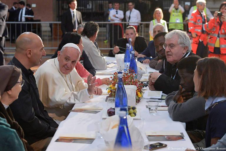 O papa Francisco almoça com pobres, refugiados e detentos na Basílica de são Petrônio, em Bolonha