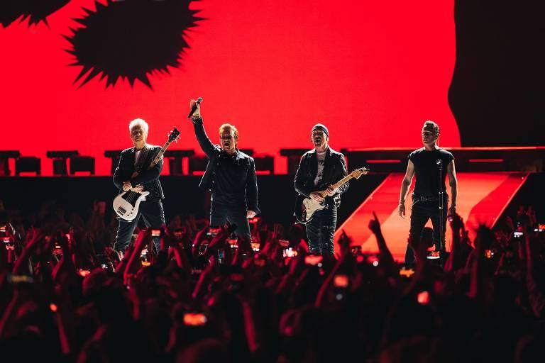 Liderada pelo vocalista Bono, a banda irlandesa U2 faz show no estádio do Morumbi
