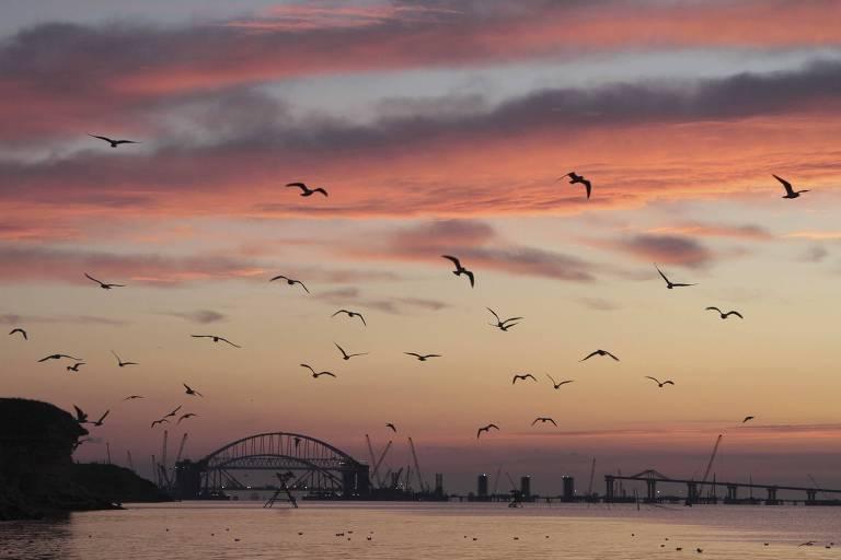 Arcos de uma ponte rodoviária e ferroviária, construída para conectar o continente russo com a península da Criméia