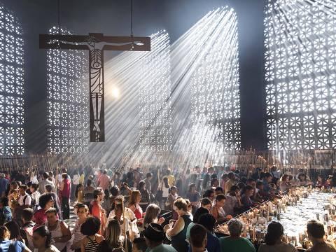 Aparecida, SP, BRASIL, 12-10-2017:  Fieis acendem velas na Basilica de Nossa Senhora  Apracida  em comemoracao aos 300 anos da aparicao da imagem da Santa (Foto: Eduardo Knapp/Folhapress, COTIDIANO).