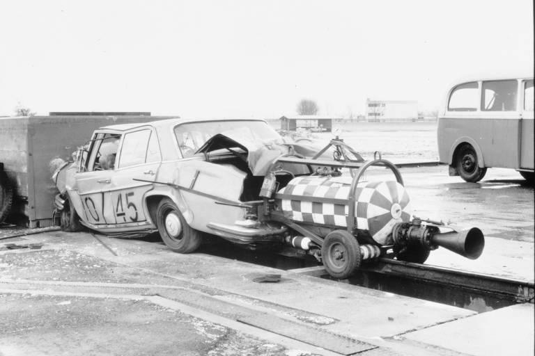 Primeiro crash-test feito no mundo, realizado pelo engenheiro de segurança austríaco Béla Barényi, lançou um carro sedã Mercedes-Benz W 111 contra uma barreira sólida