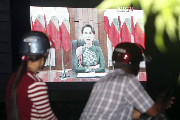 Peoples watch a televised speech by Myanmar's State Counsellor Aung San Suu Kyi, by a roadside Thursday, Oct. 12, 2017, in Naypyitaw, Myanmar. (AP Photo/Aung Shine Oo) ORG XMIT: XAS102