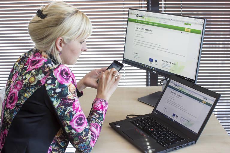 Mulher acessa sistema eletrônico da Estônia, que é um dos mais avançados do mundo e permite ao cidadão até votar de casa