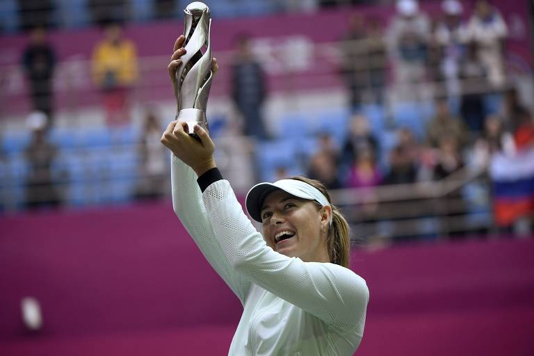 A tenista russa Maria Sharapova comemora o título do torneio de Tianjin, na China