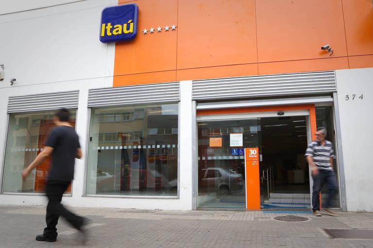 Homem caminha em frente à agência do banco Itaú