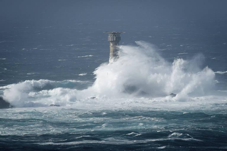 Ondas atingem farol na costa sudoeste da Inglaterra