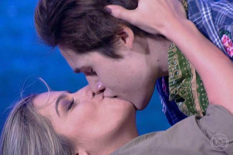 """O ator Nicolas Prattes e a bailarina Mayara Araújo se beijam ao final de apresentação no """"Dança dos Famosos"""""""
