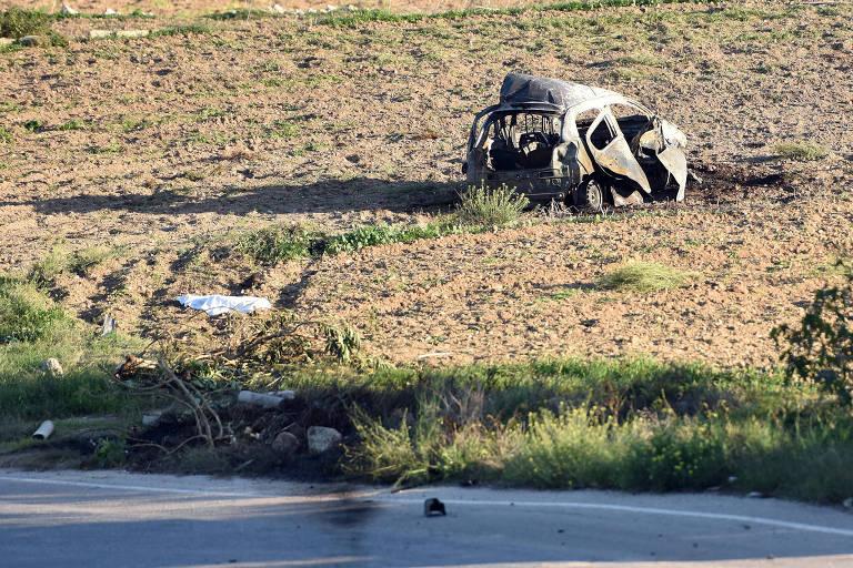 Destroços do carro da jornalista Daphne Caruana Galizia próximo a uma estrada em Mosta (Malta)