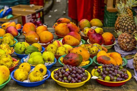 SÃO JOSÉ DOS CAMPOS, SP. 16.12.2016: Barraca de frutas (manga, abacaxi, uva, pêra e goiaba) em Feira livre no bairro Bosque dos Eucaliptos, zona sul de São José dos Campos (SP). (foto: Lucas Lacaz Ruiz/Folhapress)