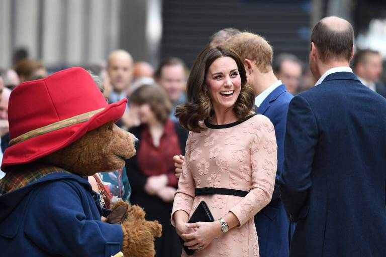Kate Middleton, a duquesa de Cambridge, dança com urso durante evento
