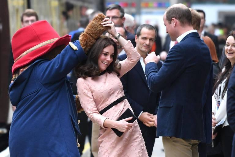Kate Middleton dança com urso em evento