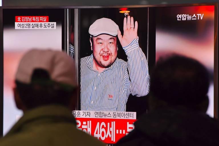 Sul-coreanos assistem a reportagem da TV local sobre a morte de Kim Jong-nam, irmão mais velho do ditador norte-coreano, Kim Jong-un