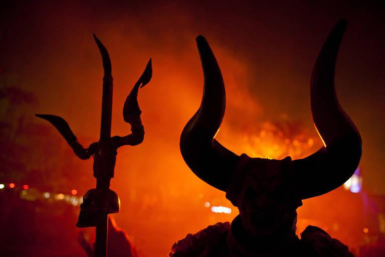 Ator vestido de demônio aguarda em local onde jovens se juntam a personagens das Noites do Terror para fotografias, no Playcenter