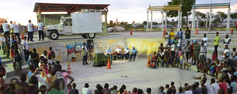 Soldados brasileiros da Minustah fazem roda de pagode no Haiti – Vinicius Mariano de Carvalho
