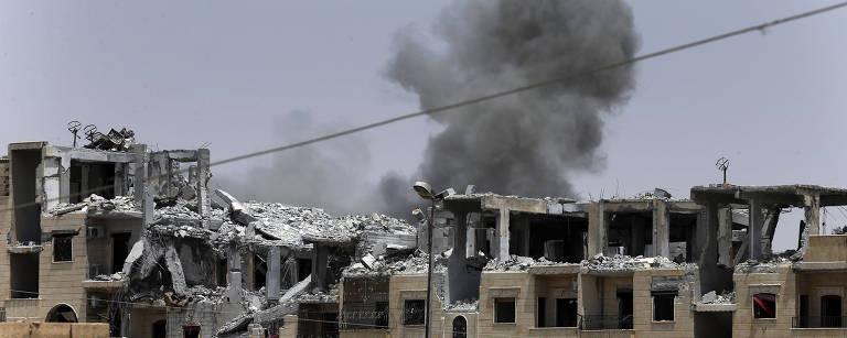 Prédios destruídos e fumaça após ataque da coalizão contra o Estado Islâmico – Hussein Malla/Associated Press
