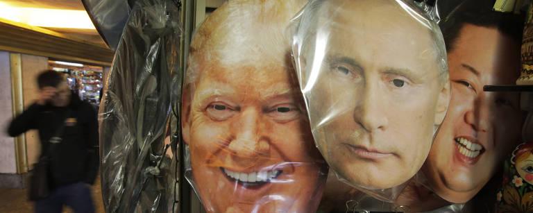 Máscaras de Vladimir Putin e Donald Trump são vistas lado a lado em uma loja de São Petersburgo – Dmitri Lovetsky - 25.set.2017/Associated Press