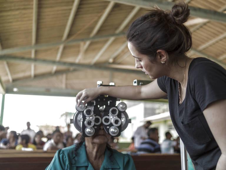 A oftalmologista Bruna Gil Ferreira atende moradora do Repartimento Tuiué, em Manacapuru (AM) – Renato Stockler