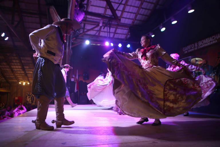 Apresentação de dança típica gaúcha na Churrascaria Garfo & Bombacha, em Canela (RS)