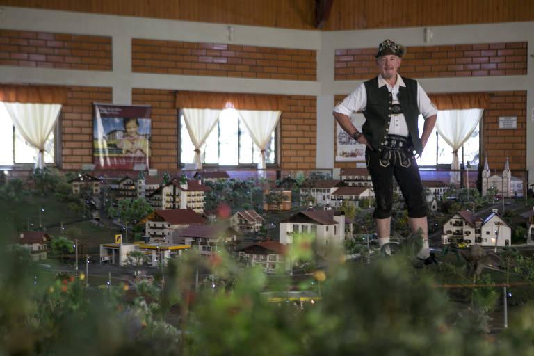 Valter Felder, 50, sócio proprietário do Parque Lindendorf, onde está localizada réplica criada por ele da cidade de Treze Tílias (SC