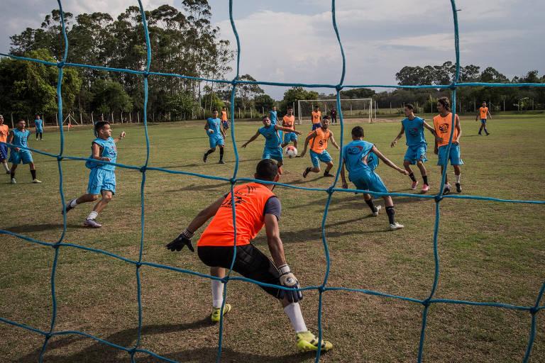 Treino do time do sub 20 do Manthiqueira, da cidade de Guaratinguetá, que ganhou a segunda divisão do Campeonato Paulista. A filosofia do time é só aceitar jogadores que estejam de acordo com a cartilha de fair play