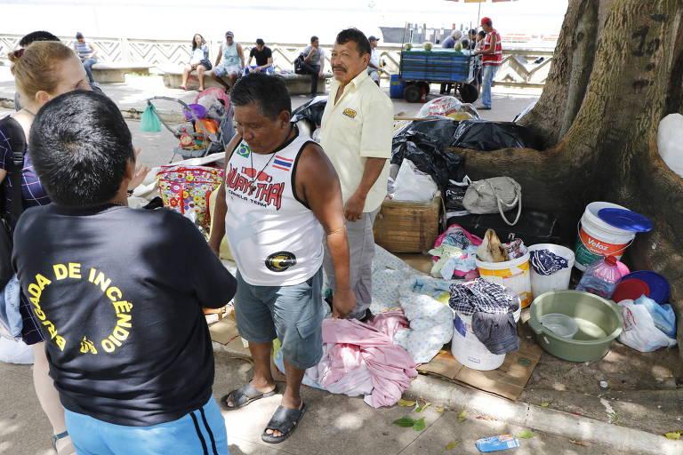 Índios da etnia warao que deixaram a Venezuela montam acampamento ao lado do Mercado Ver-o-Peso de Belém; grupo chega à cidade em busca de dinheiro para enviar às famílias