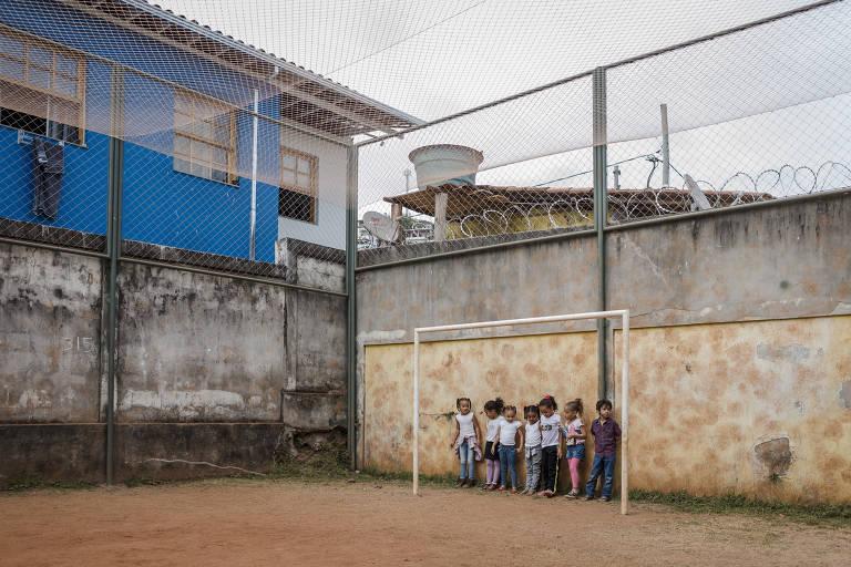 Crianças que viviam em Bento Rodrigues brincam em escola nova em Mariana (MG)