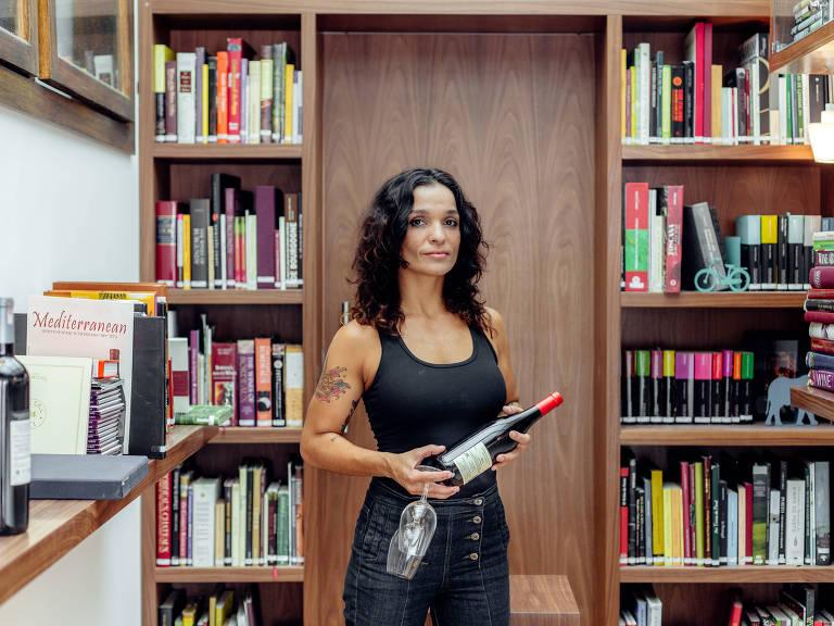 A sommelier Alexandra Corvo na escola Ciclo das Vinhas, que abriu livraria especializada em vinhos – Thays Bittar/Folhapress